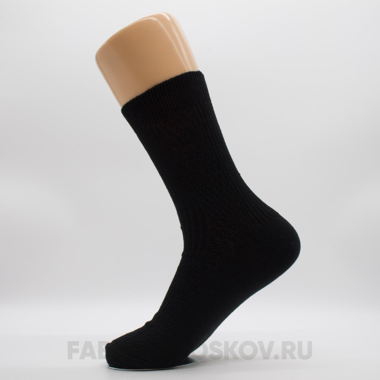 Мужские однотонные носки с рельефным рисунком по паголенку.