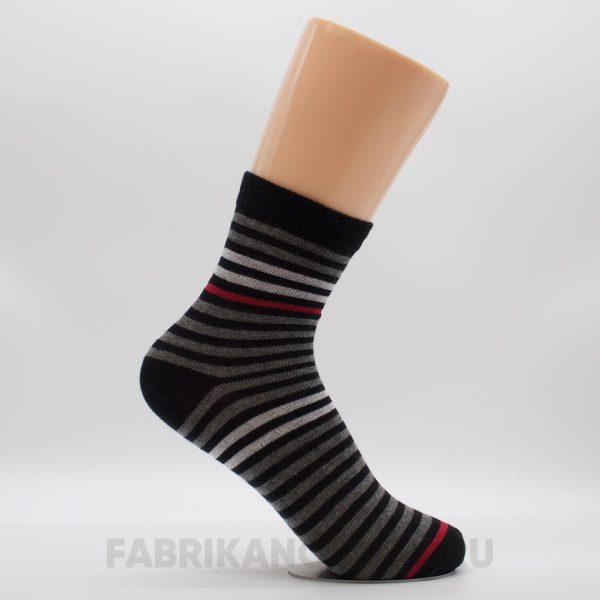 Детские носки с полосками и красной линией